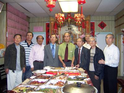 主席余厚利(右四)、副主席余積堯(左四)和部份成員合影。(攝影:蘇儀/大紀元)