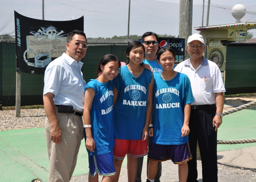 Yao Wei                   & family with Dian Rong & Frank