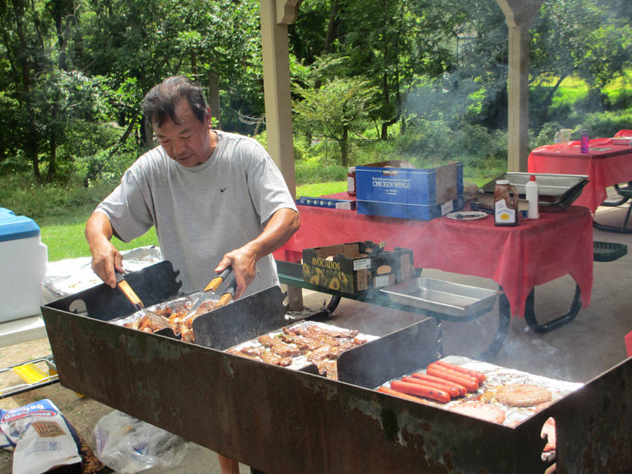 美華的丈夫許夢華熱心協助燒烤