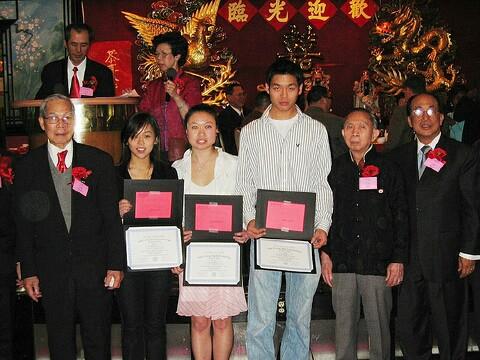 大學獎學金受獎者與兩位元老,顧問合影