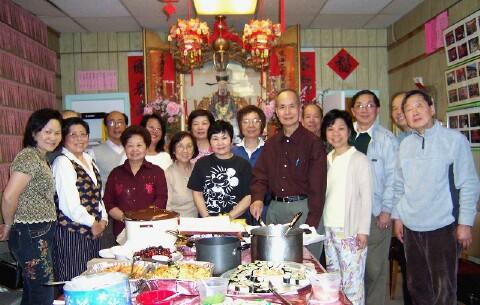 余風采堂「雙親節」聚餐﹐(右四)為主席余厚利。(攝影﹕蘇儀/大紀元)