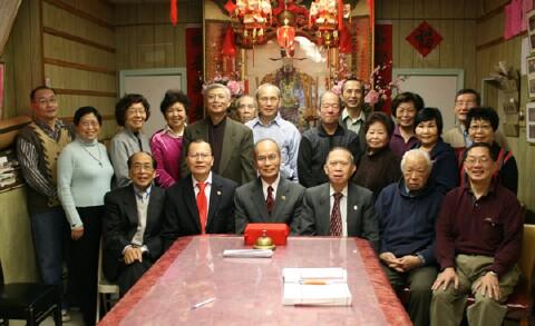 新任主席余厚利(前左三)、余積堯(前左二)在元老余仕昂(前右三)監交下,接過印信,和新任職員合影。