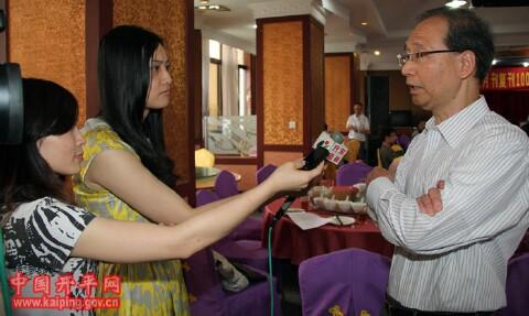 世界余氏宗親總會創會會長、香港余風采五堂會主席余健倫接受記者採訪