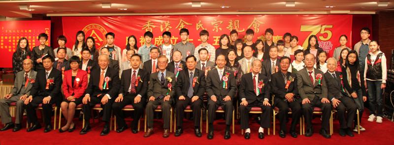 获奖的学生与宗亲会首长、嘉宾合影留念