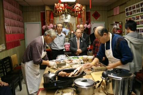 工作人員忙碌地凖備火雞大餐
