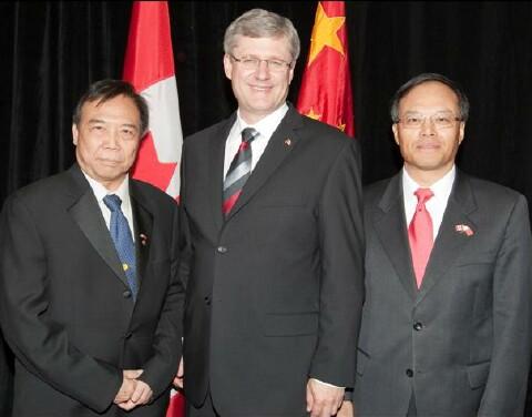 期間滿地可余風采堂主席余紹然與加國總理史提芬-哈柏、中國駐加拿大大使蘭立俊合照留念