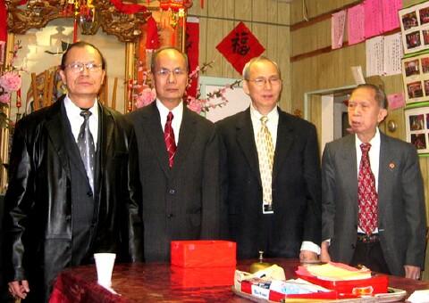 新副主席余積堯、新主席余厚利、前主席余積炎和元老余仕昂等合影。